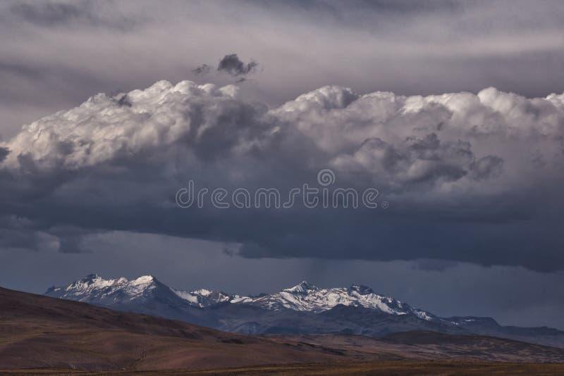 Dunkle schwere Wolken über Anden-Bergen stockfoto