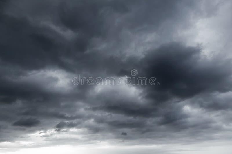Dunkle stürmische Wolken Beschaffenheit des natürlichen Hintergrundes stockfotografie
