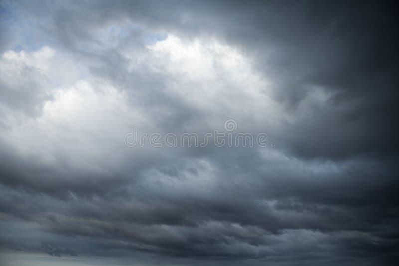 Dunkle stürmische Wolken Natürliche Fotohintergrundbeschaffenheit lizenzfreie stockfotografie