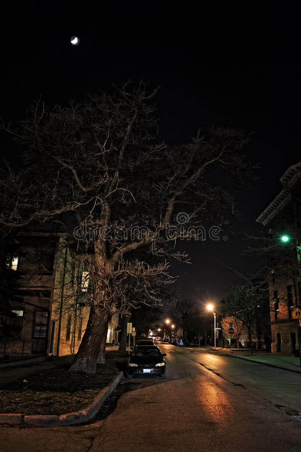 Dunkle Stadt-Straße nachts mit Mond stockbilder