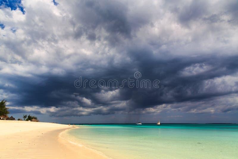 Dunkle Sturmwolken über einem tropischen Strand lizenzfreie stockfotografie