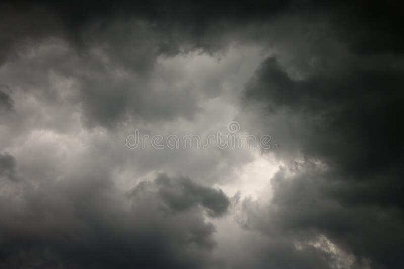 Dunkle Sturmwolken. lizenzfreies stockfoto