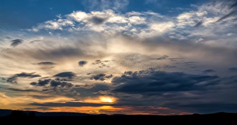 Dunkle Sturmwolken lizenzfreie stockfotos