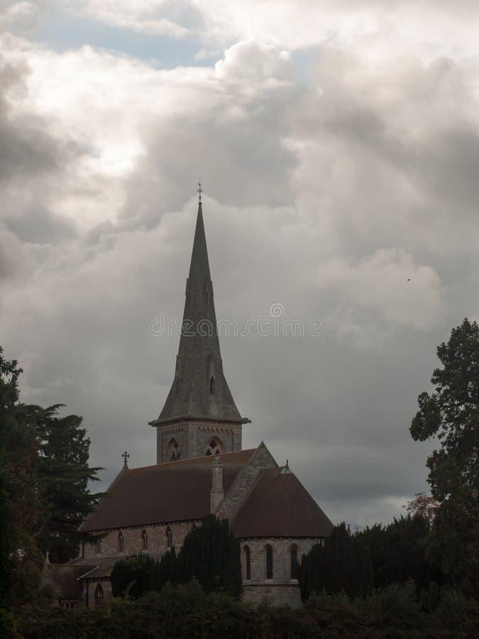 Dunkle Szene mit Kirche am regnerischen bewölkten Tag England lizenzfreie stockfotos