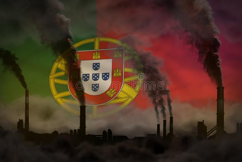 Dunkle Verschmutzung, Kampf gegen Klimawandelkonzept - dichter Rauch der Betriebsrohre auf Portugal-Flaggenhintergrund - industri lizenzfreie abbildung