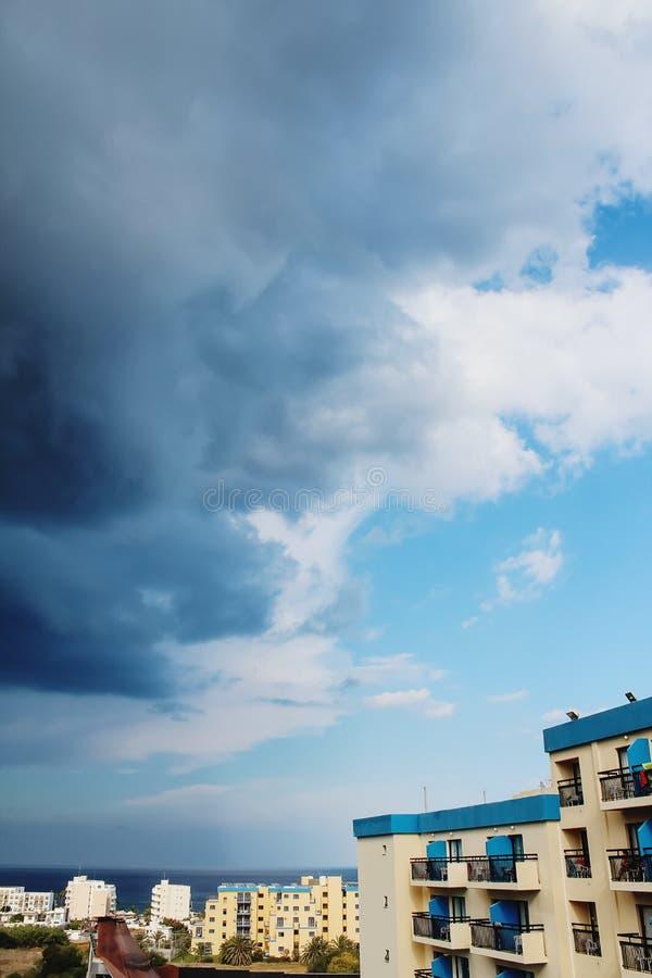 Dunkle Wolken über dem Meer stockfotos