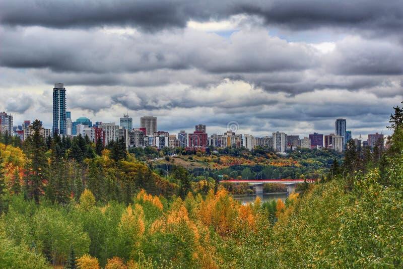 Dunkle Wolken über Edmonton stockbilder
