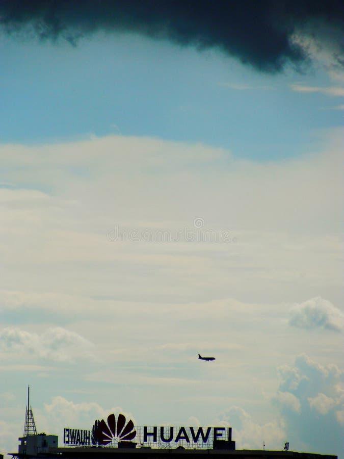 Dunkle Wolken über Huawei Analogie mit gegenwärtigem Zusammentreffen mit USA stockbild