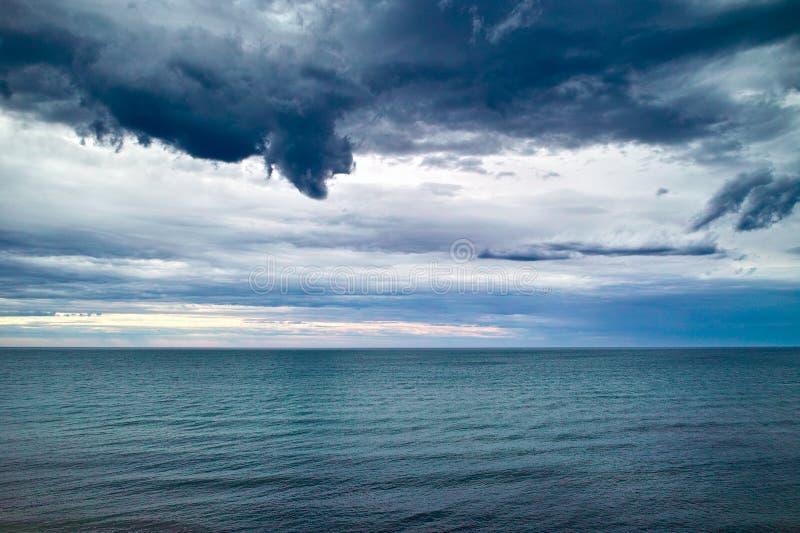 Dunkle Wolken über Meer stockbilder
