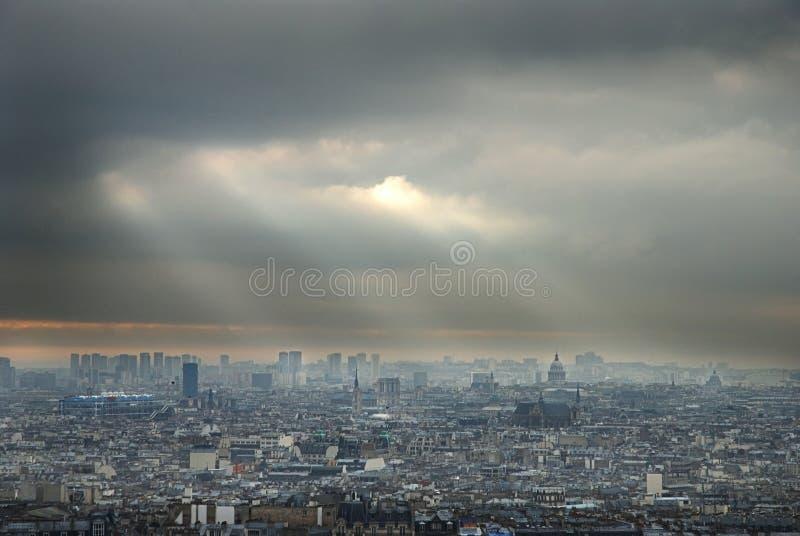 Download Dunkle Wolken über Paris stockfoto. Bild von frankreich - 9083798