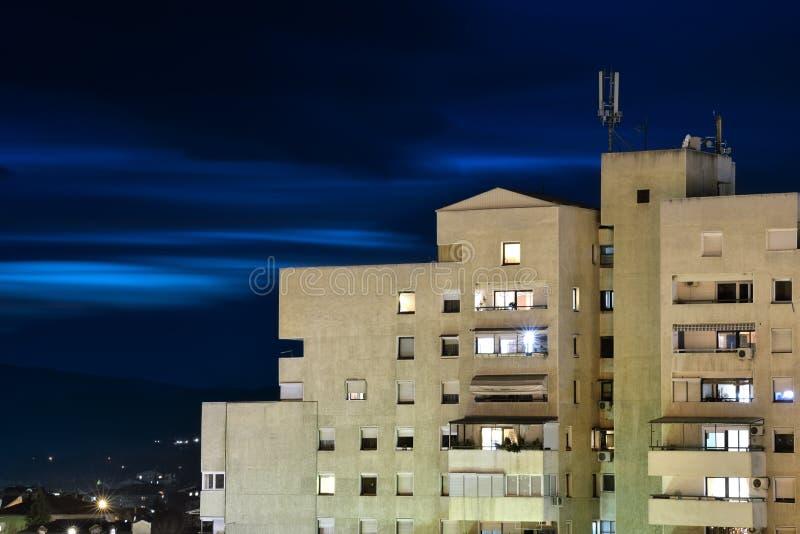 Dunkle Wolken über städtischem Gebäude lizenzfreies stockfoto