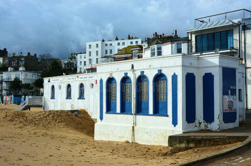 Dunkle Wolken über Strandfischen u. Chiprestaurant Broadstairs Kent, Gro?britannien stockbilder