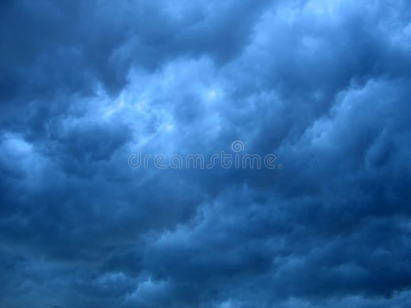 Dunkle Wolken stockfotos