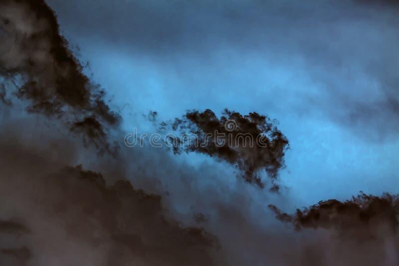Dunkle Wolken. lizenzfreies stockbild