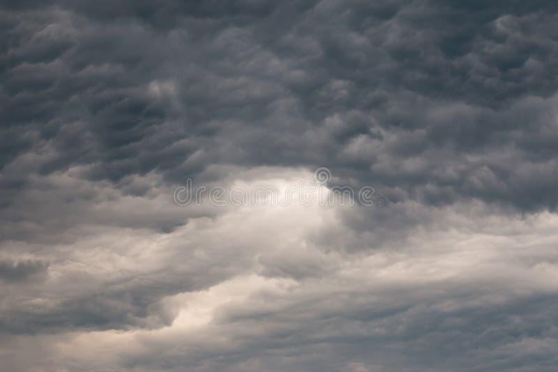 Dunkle Wolken auf dem Himmel stockfoto