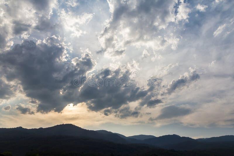 Dunkle Wolken auf Hintergrund des blauen Himmels über Berg stockfotos
