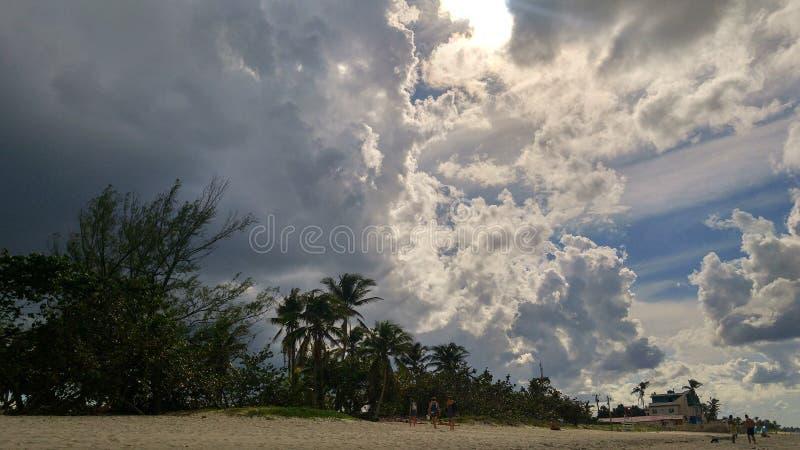 Dunkle Wolken auf karibischem Himmel lizenzfreie stockfotos