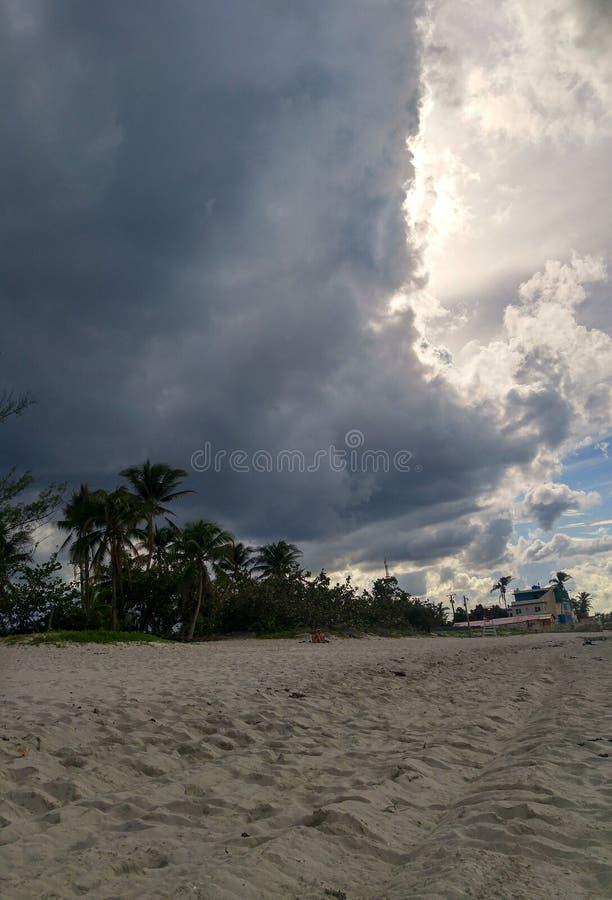Dunkle Wolken auf karibischem Himmel stockfoto