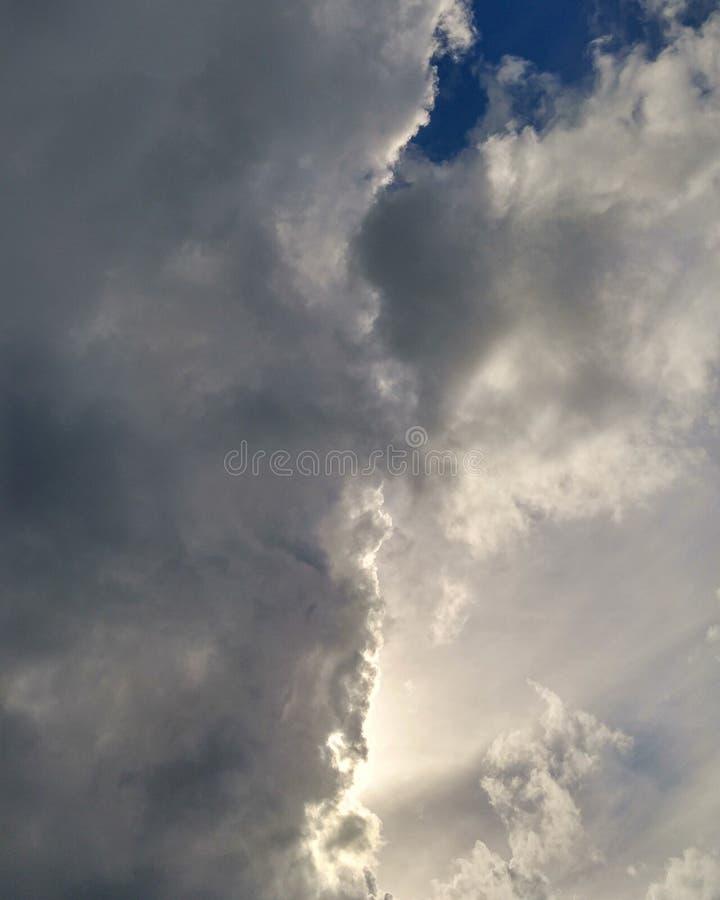 Dunkle Wolken auf karibischem Himmel lizenzfreies stockbild