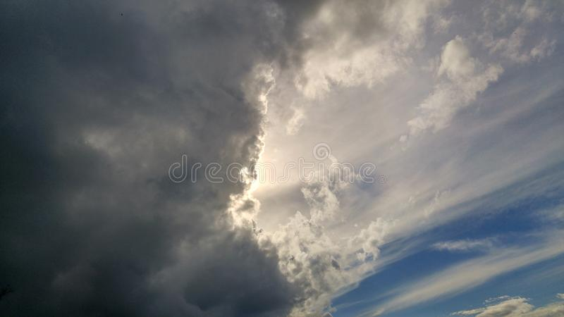 Dunkle Wolken auf karibischem Himmel stockfotos