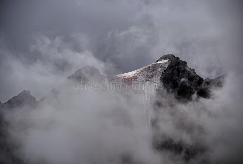 Dunkle Wolken in den Bergen Starker Nebel auf die Gebirgsoberseiten Drastische Gebirgslandschaft stockbild