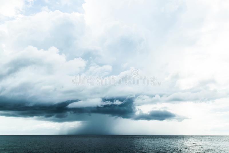 Dunkle Wolken im offenen Ozean stockfotos
