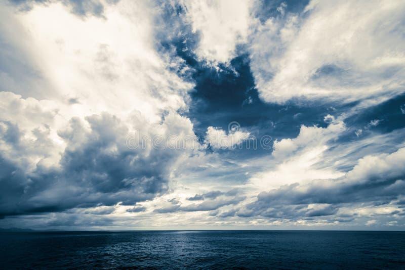 Dunkle Wolken im offenen Ozean lizenzfreie stockfotos