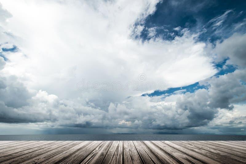 Dunkle Wolken im offenen Ozean lizenzfreie stockbilder