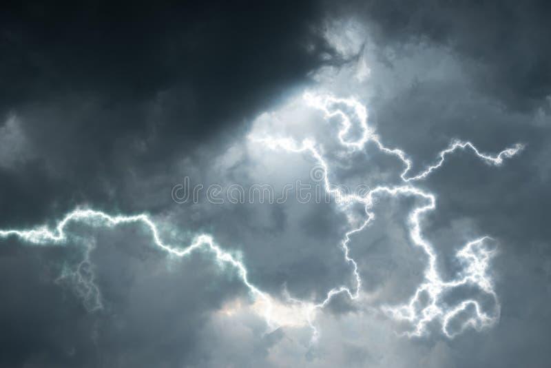 Dunkle Wolken mit Beleuchtung Regenjahreszeithintergrund lizenzfreies stockbild