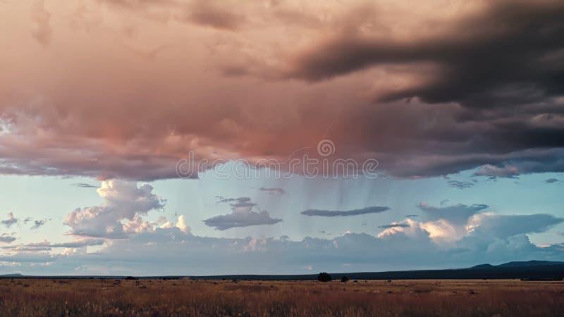 Dunkle Wolken vor dem Regen auf dem Feld stockbild