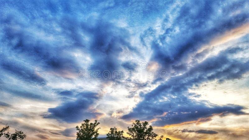 Dunkle Wolken vor dem Sonnenuntergang stockbild
