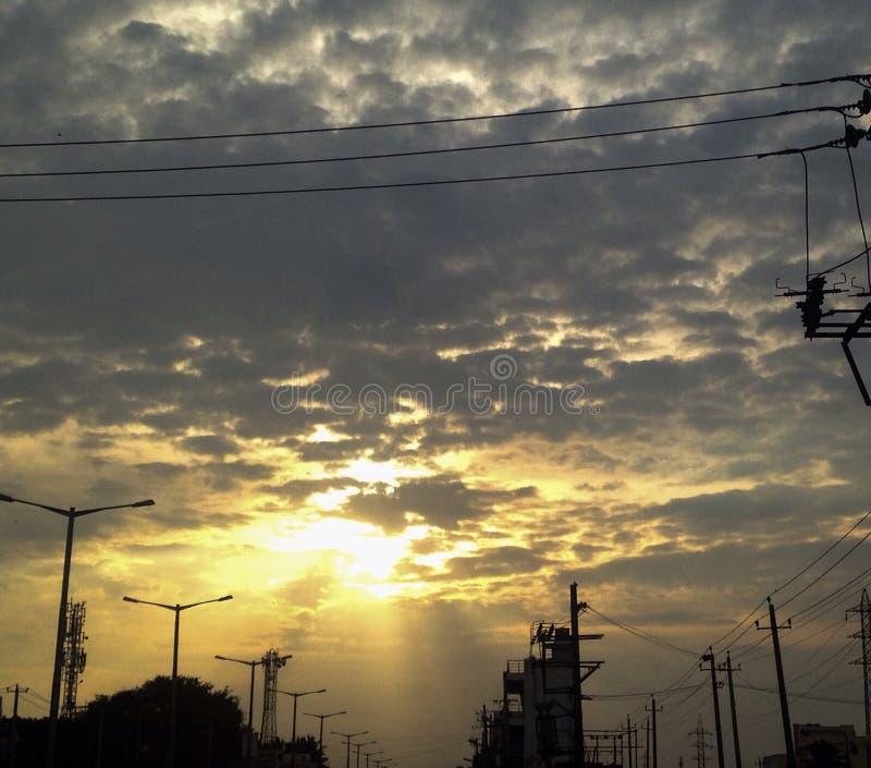 Dunkle Wolkensonne strahlt Sonnenuntergangzeit iPhone Trieb aus stockfoto