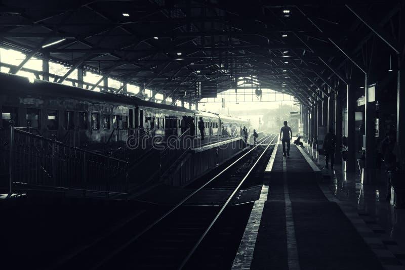 Dunkler Bahnstation bw lizenzfreies stockfoto