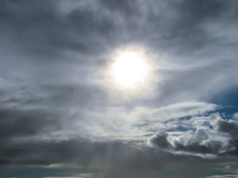 Dunkler bewölkter Himmel stockfotos