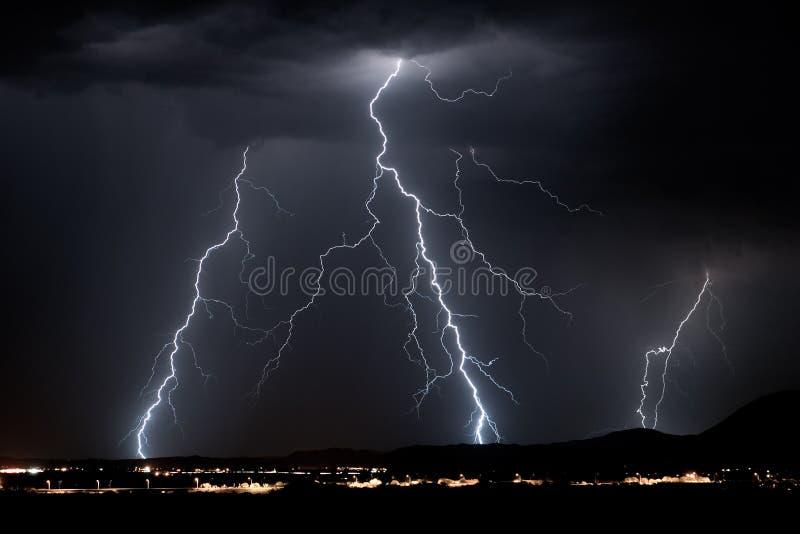 Dunkler Blitz stockfoto