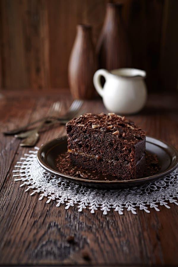 Dunkler Espresso-Kuchen mit Schokoladen-Glasur lizenzfreies stockfoto