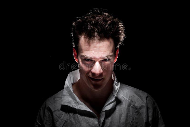 Dunkler Freaky lächelnder psychischer Mann lizenzfreies stockfoto
