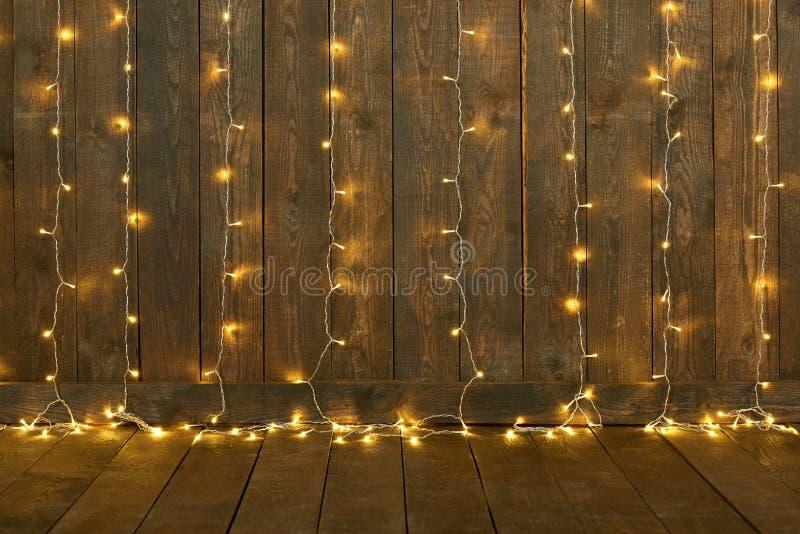 Dunkler hölzerner Hintergrund mit Lichtern, Wand und Boden, abstrakter Feiertagshintergrund, Kopienraum für Text stockbild