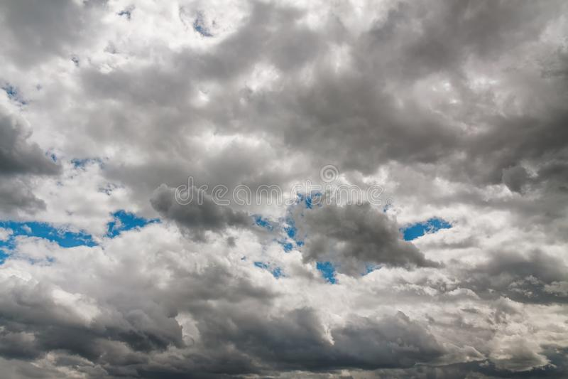 Dunkler Himmel vor Regen stockfotos