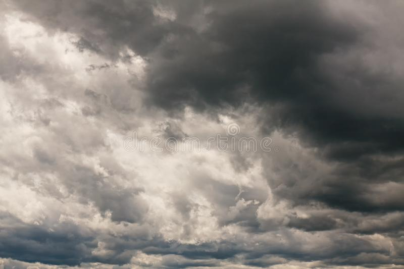 Dunkler Himmel vor Regen lizenzfreie stockbilder