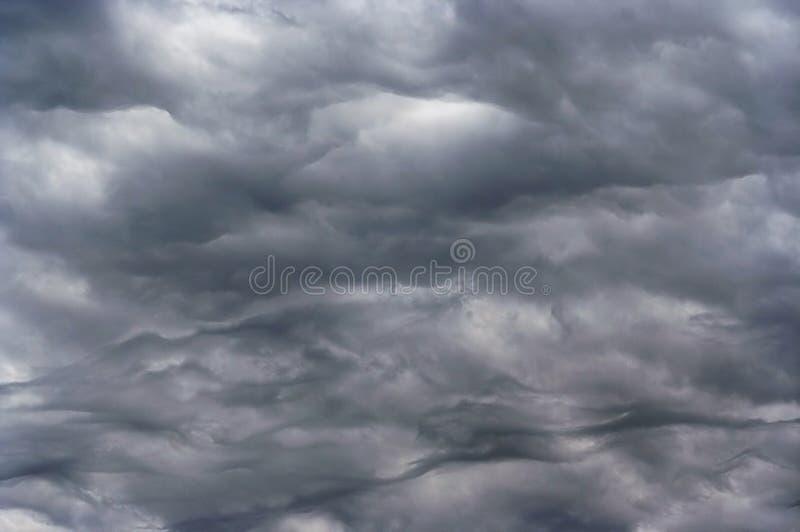 Dunkler Himmel vor Regen lizenzfreie stockfotografie
