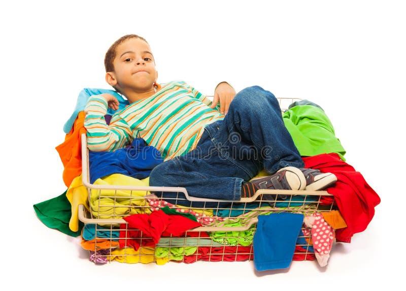 Dunkler Junge und Kleidung lizenzfreie stockfotos