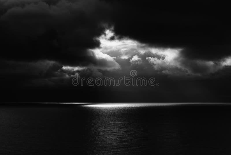 Dunkler Meerblick mit Schwarzem Meer und Himmel und ein Lichtstrahl stockfotos