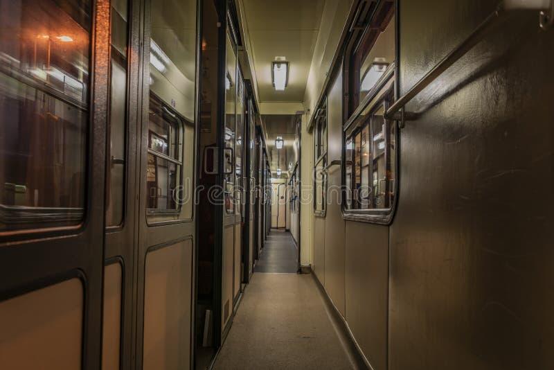 Dunkler Nachtkorridor mit Türen zu den Fächern im tschechischen Zug stockbilder