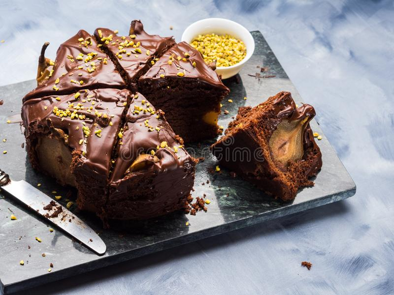 Dunkler Schokoladenkuchen mit Birnen und Pistazie stockfoto