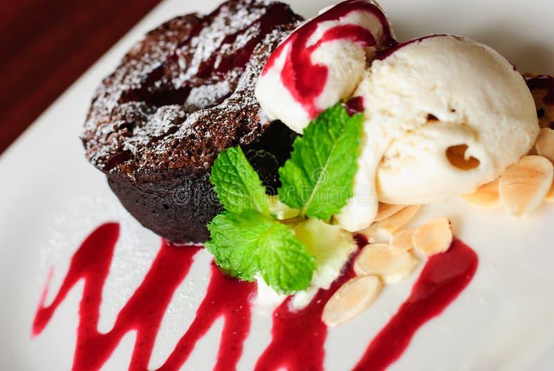 Dunkler Schokoladenkuchen mit Vanila-Eiscreme stockbilder