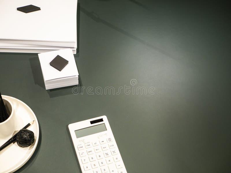 Dunkler Schreibtisch mit weißen Versorgungen stockbild