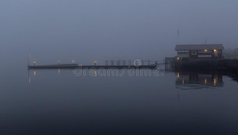 Dunkler schwermütiger Pier im Nebel am Abend lizenzfreie stockfotos