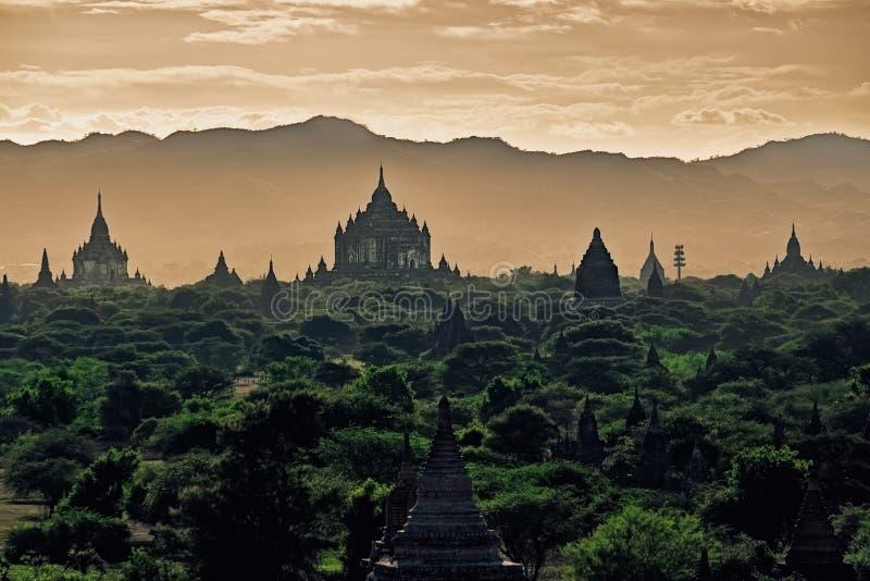 Dunkler schwermütiger Sonnenuntergang mit alten Tempeln in Bagan, Myanmar stockfoto