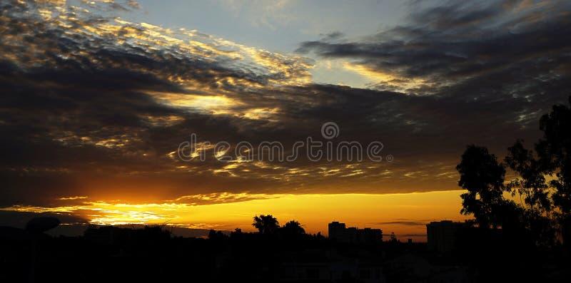 Dunkler Sonnenaufgang lizenzfreie stockfotos